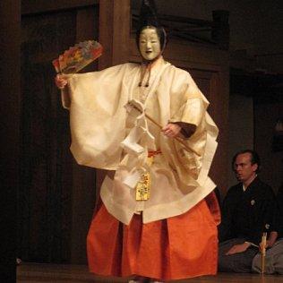 Noh: 'Makiginu'. Shite: Monique Arnaud. Chorus member: Jordi Ch. Mora.