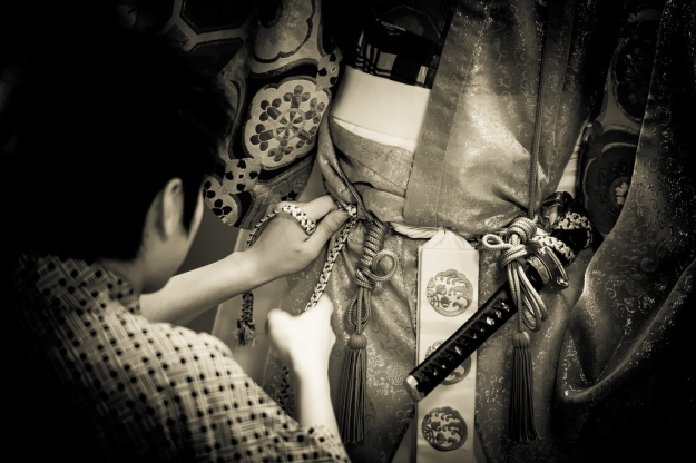 Adjusting the costume for the rehearsal of the Noh 'Kiyotsune'. Photo: Stéphane Barbery